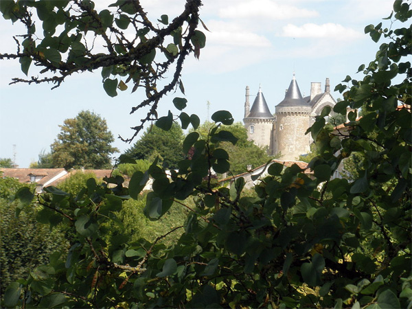 Les floralies de Saint Le château de Saint Aulaye – Photo de Lucas Vincent sous licence CC-BY-SA