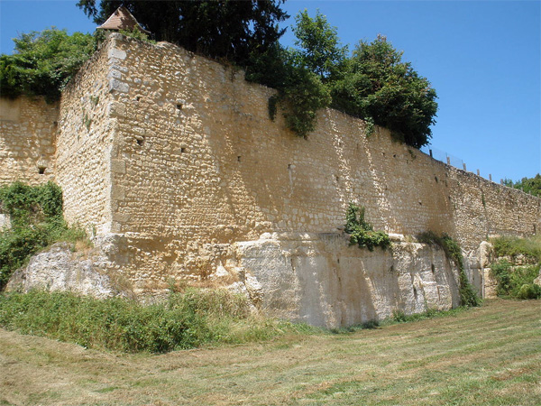 Les remparts de Saint Aulaye – Photo de Lucas Vincent sous licence CC-BY-SA