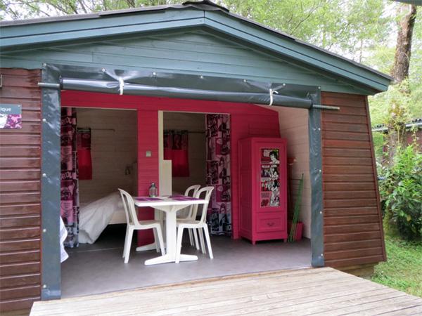 Une insolite cabane romantique aux parenthèses imaginaires inspirée par les comics à l'eau de rose des sixties