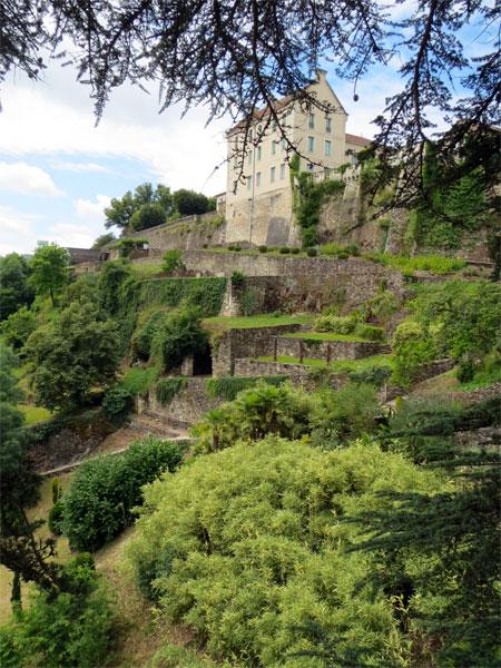 Au loin, le château de Nontron