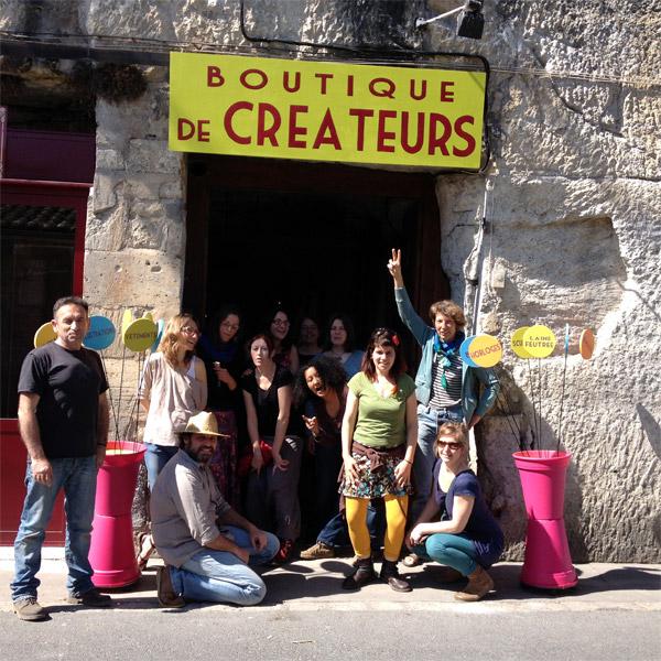 La joyeuse bande des créateurs agités devant la boutique